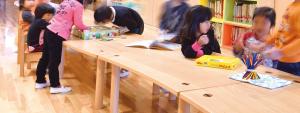 保育園のテーブルと園児